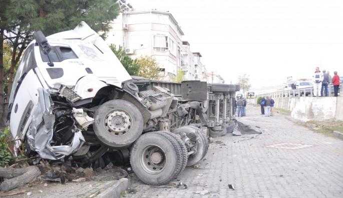 Hızını alamayan tır iki otomobili parçaladı