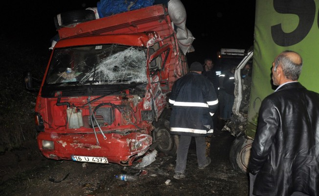 Bursa'da kamyonlar kafa kafaya çarpıştı