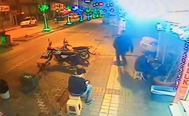 Bursa'da uyuyan köpeğe acımasızca tekme attı