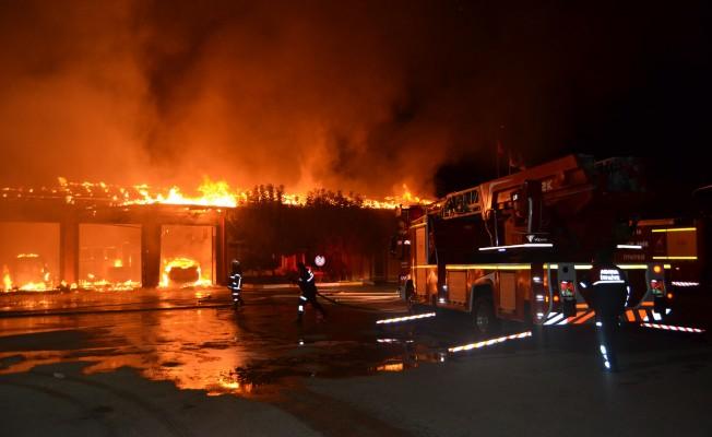 Karayolları hizmet binası ve araçları yangında küle döndü