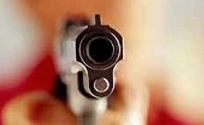 Kızının erkek arkadaşı zannetti, kendi karısını vurdu