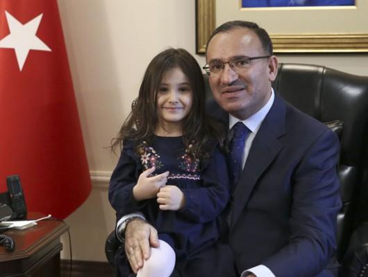 Başbakan Yardımcısı Bozdağ, Minik Ayşe'yi ağırladı
