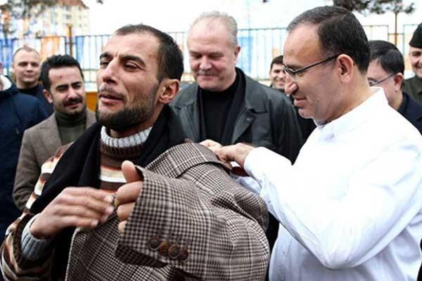 Bozdağ, vatandaşa hediye ettiği ceketini kendisi giydirdi