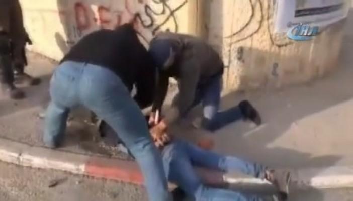 İsrail güçlerinden 4 Filistinliye yaka paça gözaltı
