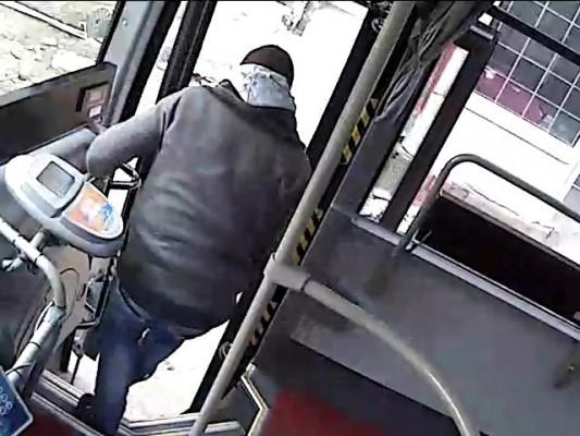 Özel halk otobüsünü çalıp yolcu toplamaya devam etti