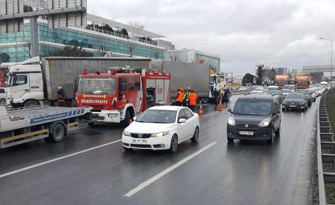 TIR yoldan çıktı! Trafik kilitlendi