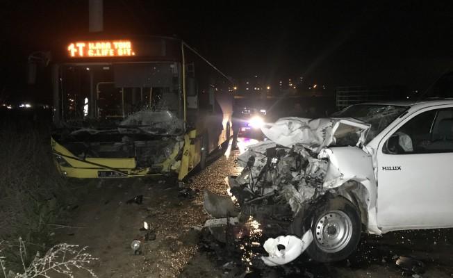Bursa'da belediye otobüsü ile kamyonet çarpıştı: 1 ölü, 2 yaralı