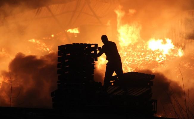 Palet fabrikasının deposu alev alev yandı