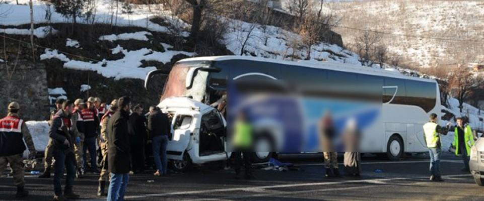 Yolcu otobüsü ile ticari araç çarpıştı: 4 ölü, 7 yaralı