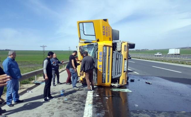 Kontrolden çıkan kamyon yan yattı! Yaralılar var