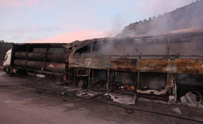 Yolcu otobüsü park halindeki TIR'a çarptı! Çok sayıda ölü ve yaralı var