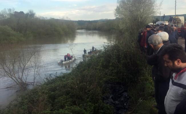 Dengesini kaybeden yaşlı adam traktör üzerinden nehre düştü