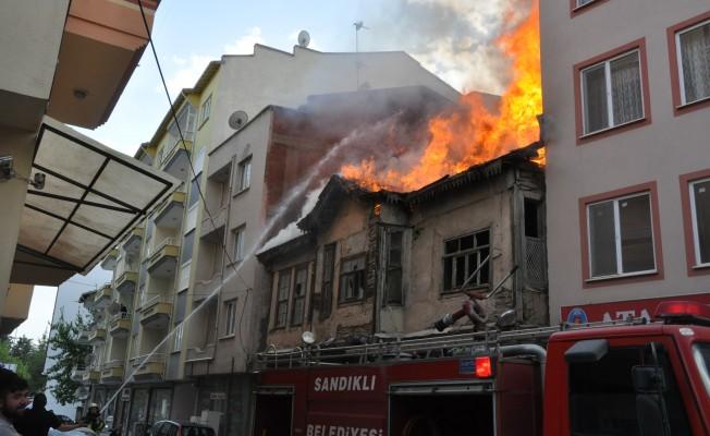Tarihi bina alev alev yandı!