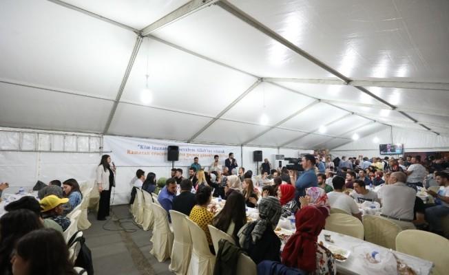 Bakan Sarıeroğlu gençlerle iftar çadırında buluştu