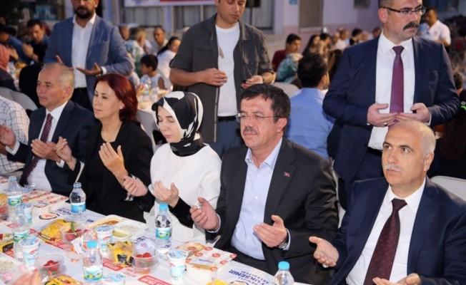 Ekonomi Bakanı Zeybekci, vatandaşlarla iftarda buluştu