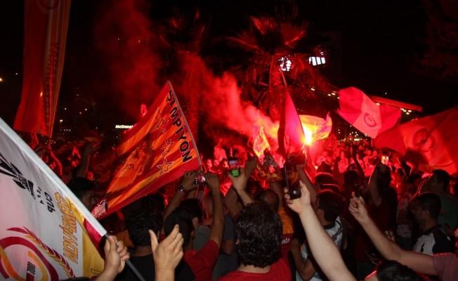 Galatasaray taraftarı Adana caddelerine sığmadı