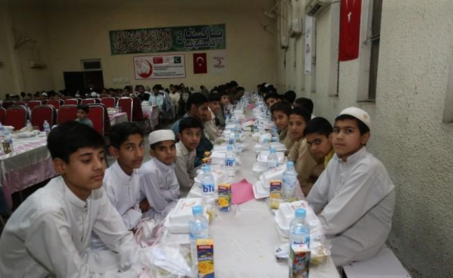 Türk Kızılayından Pakistan'da 500 yetime iftar