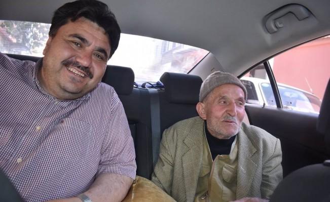 Yaşlı amcaya otobüs beklemesin diye makam aracını tahsis etti