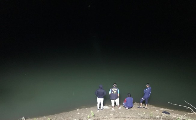 Adana'da baraj gölüne düşen kişi kayboldu