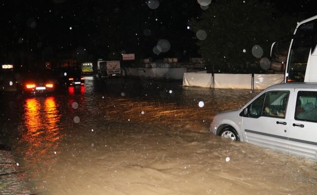 Adana'da sağanak yağışa teslim oldu