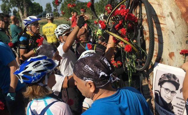 Bisikletli gencin kazada öldüğü yere karanfil bıraktılar