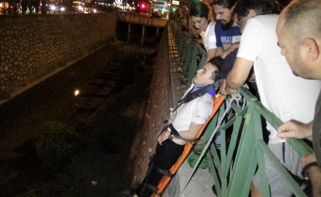 Bursa'da viraj alamayınca su kanalına uçtu!