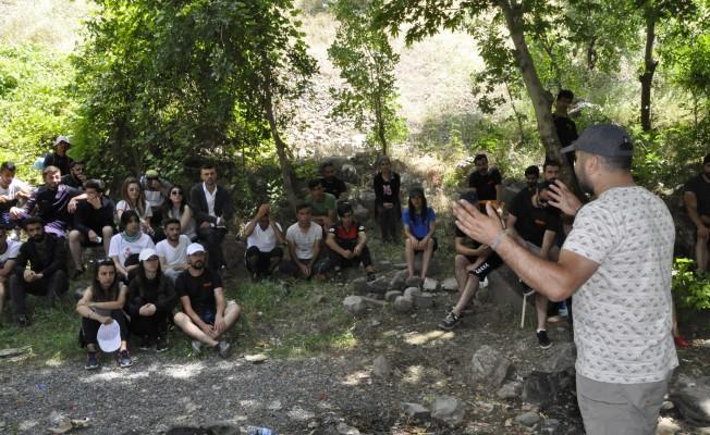 Çukurca'da gençlerin rafting heyecanı