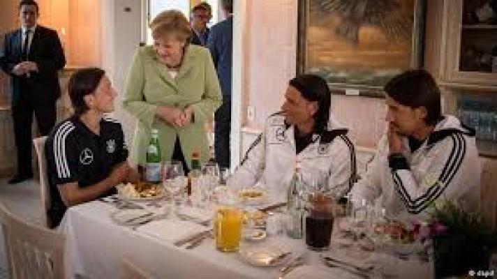 Merkel'den Özil ve Gündoğan'a destek