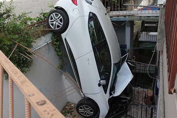 Otomobil apartman boşluğuna düştü
