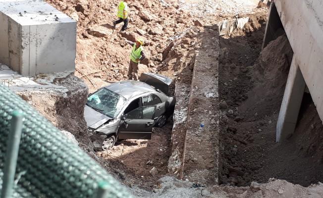 Otomobil inşaat boşluğuna uçtu! 4 yaralı