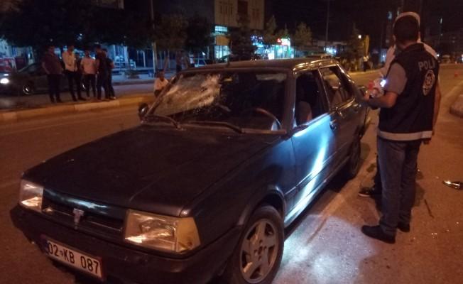 Otomobilin önünü kesip levyeyle saldırdılar! 5 yaralı