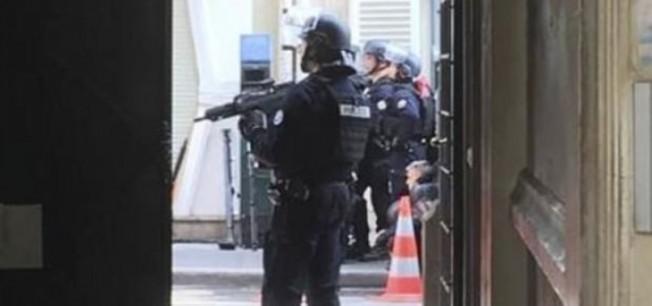 Paris'te rehine krizi! Büyükelçi'yi istedi