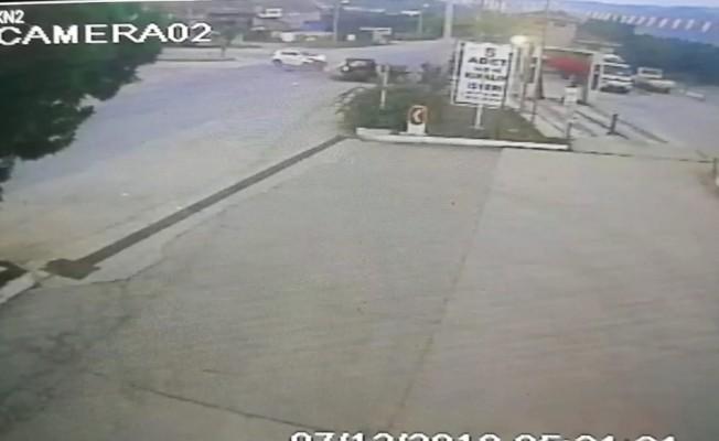 Bursa'da 3 kişinin yaralandığı zincirleme kaza güvenlik kamerasında