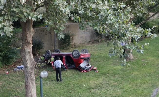 Bursa'da otomobil dereye devrildi: 2 yaralı