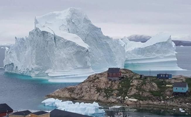 Dev buz dağı sahil köyünü tehdit ediyor