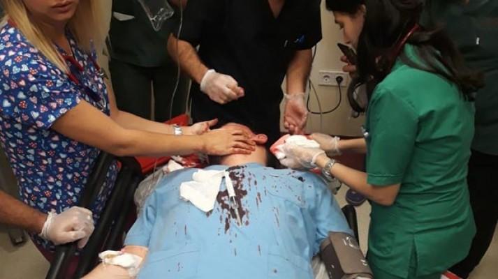 Hastanede dehşet! Doktorun başında parke taşı parçaladı