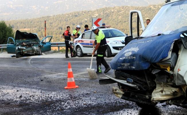Muğla'da otomobil ile kamyonet çarpıştı: 5 yaralı
