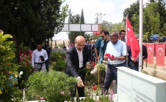 Şehit ikizlerin mezarı başında duygulu anma