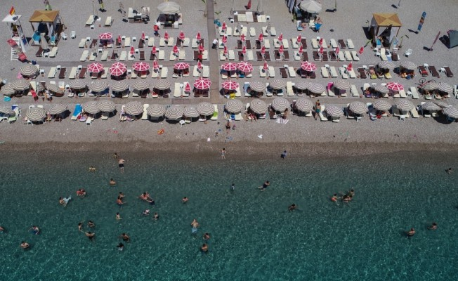 Antalya'da sıcak havada deniz keyfi