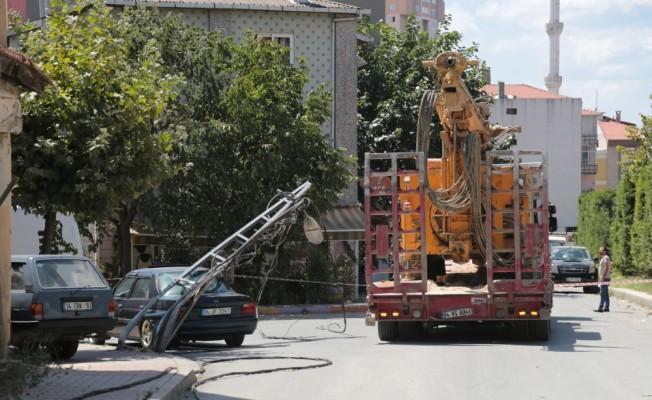 Ataşehir'de tır 3 elektrik direğini devirdi