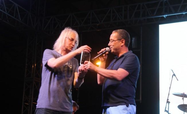 Ayvalık Sokak Hayvanları Festivali 'Bulutsuzluk Özlemi' ve 'Duman' konserleriyle tamamlandı