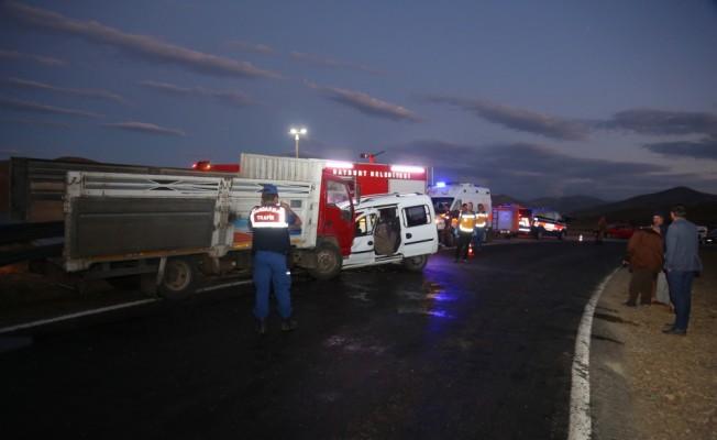 Bayburt'ta kamyon ile otomobil çarpıştı: 2 ölü