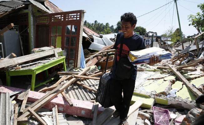 Endonezyalılar deprem sonrası enkaz altındaki eşyalarını arıyor
