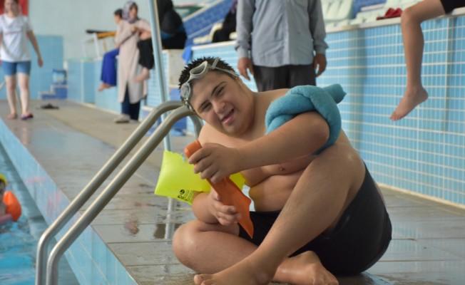 Engelli çocuklar havuzda sosyalleşiyor