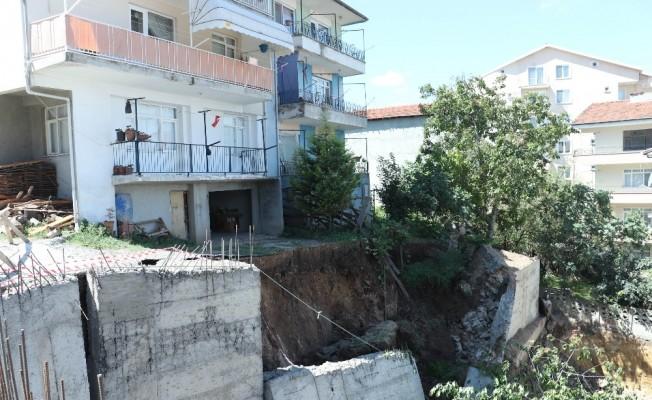 İnşaatın istinat duvarı çöktü, 2 bina boşaltıldı