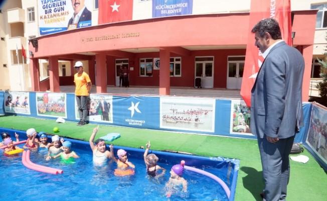 Küçükçekmece'de portatif havuzlarda yaklaşık 50 bin çocuk yüzme öğrendi