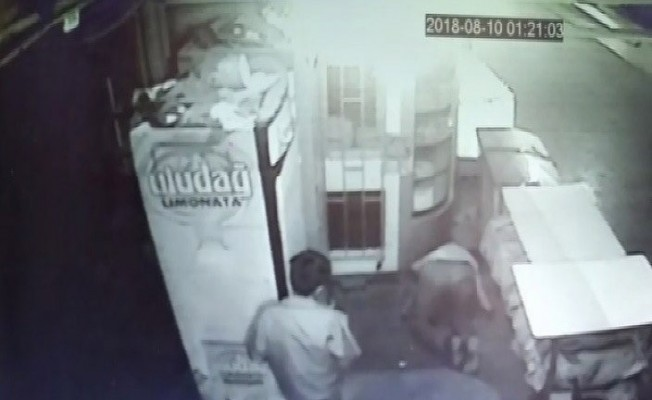 Meşrubat hırsızlığı güvenlik kamerasında