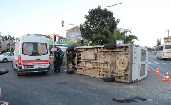 Mevsimlik tarım işçilerini taşıyan minibüs devrildi: 1'i çocuk 22 yaralı