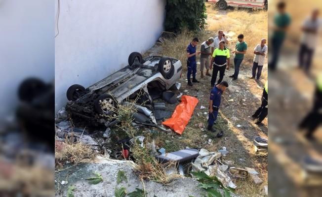 Otomobil önce yayaya sonra evin duvarına çarparak devrildi