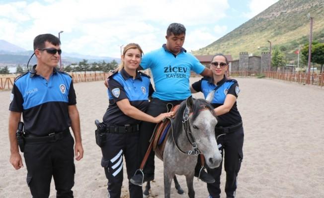 (Özel) Polislerden engelli çocuklara atlı terapi